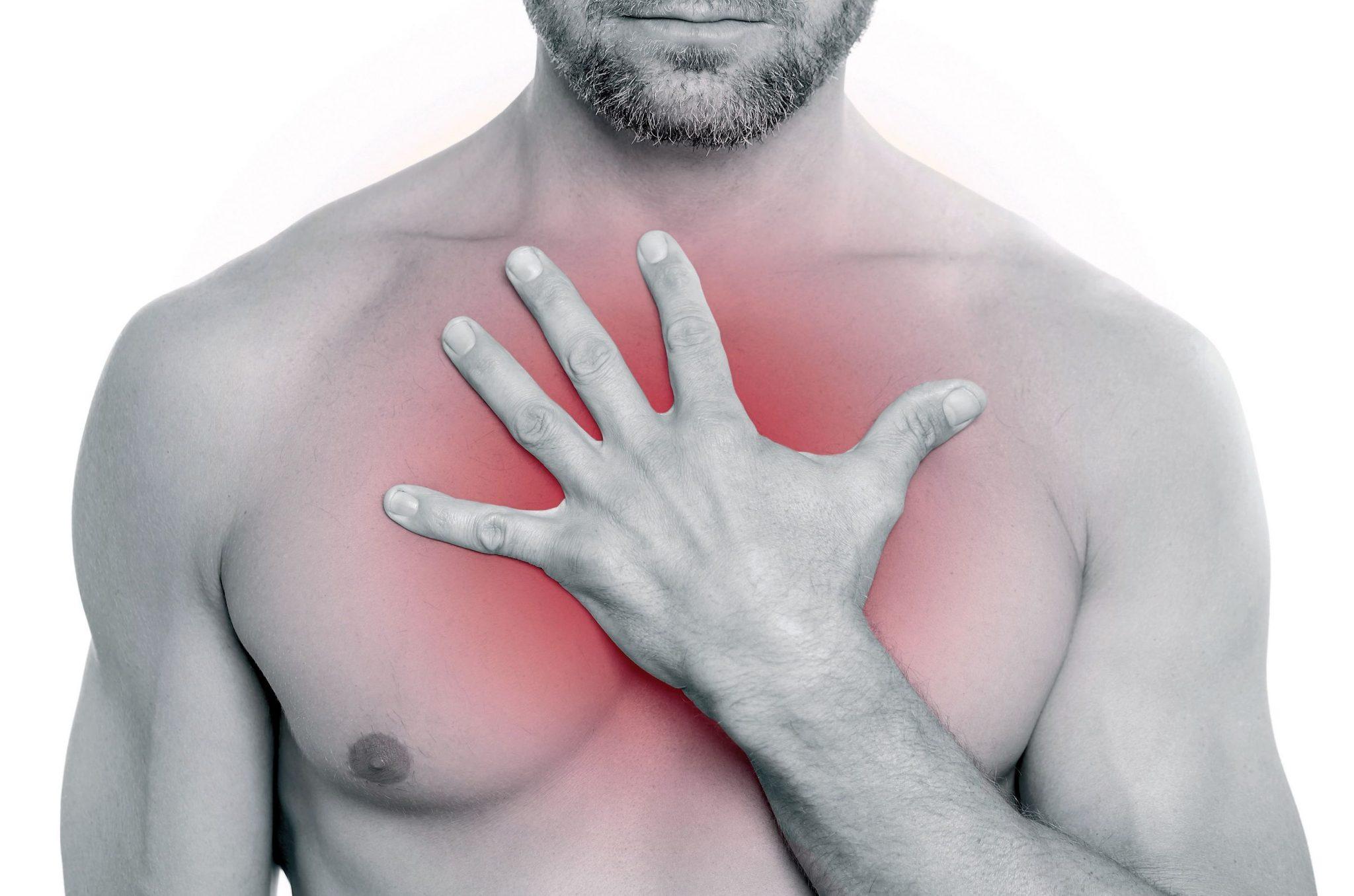 боли за грудиной посередине