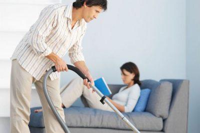 Муж делает уборку