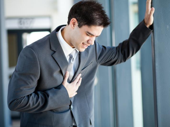 Боль за грудиной посередине, что делать