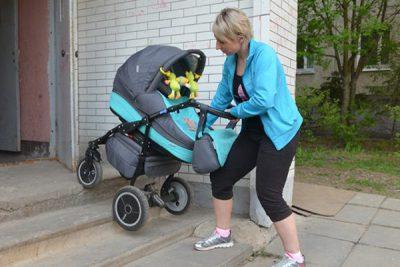 Мама спускает коляску по лестницам